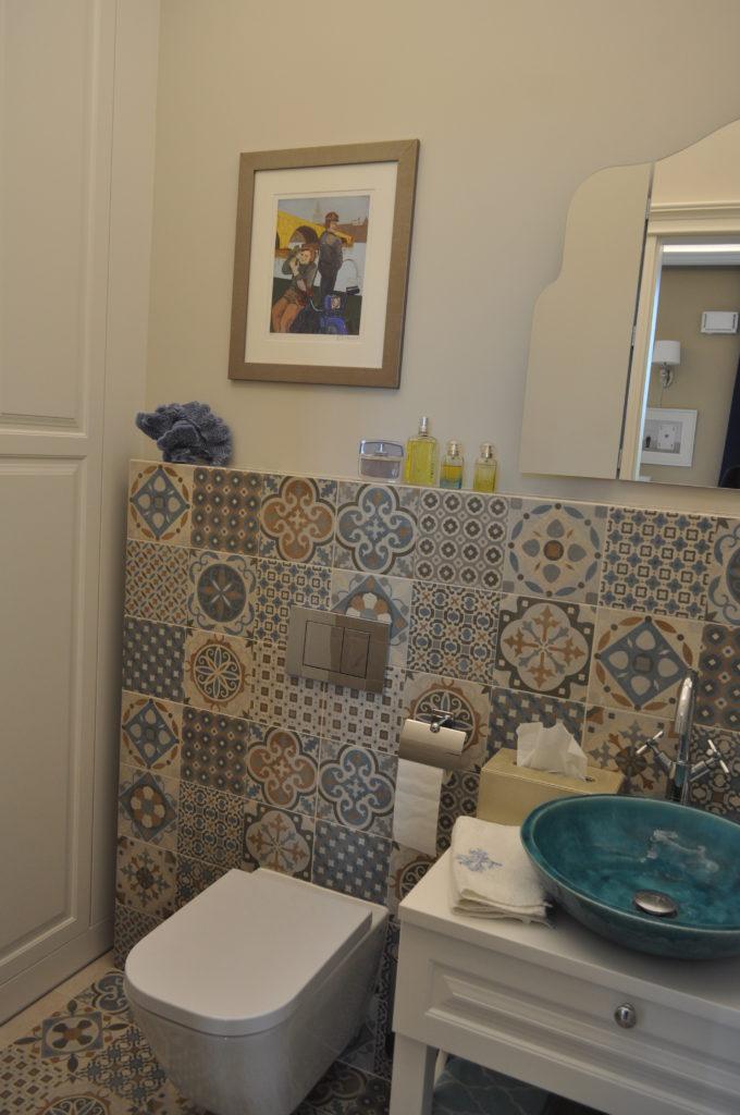łazienka z kafelkami