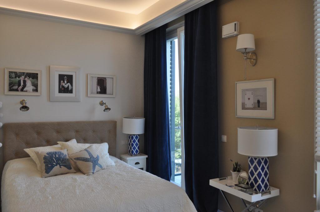 sypialnia z niebieskimi zasłonami