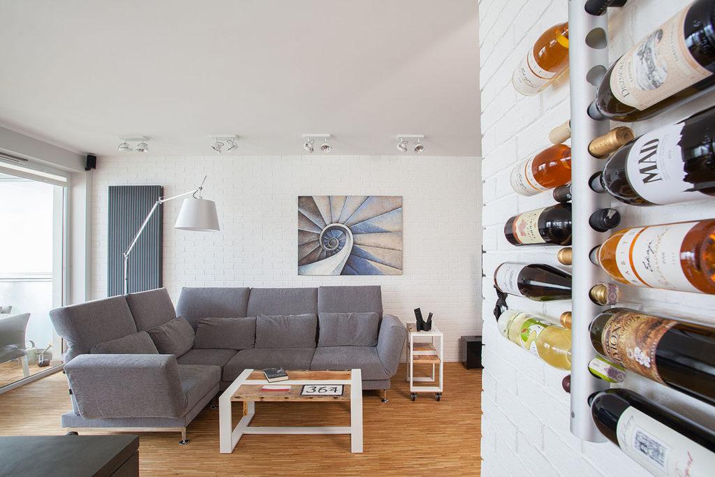 salon z białą lampą