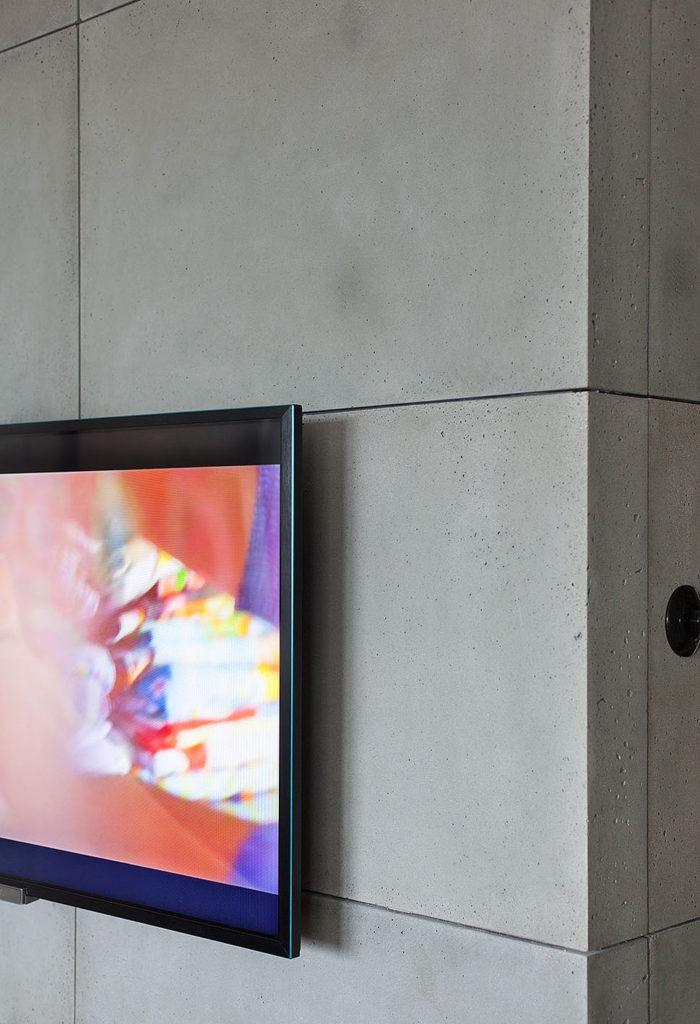 telewizor na szarej ścianie