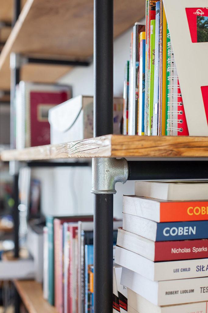 półka z książkami zbliżenie