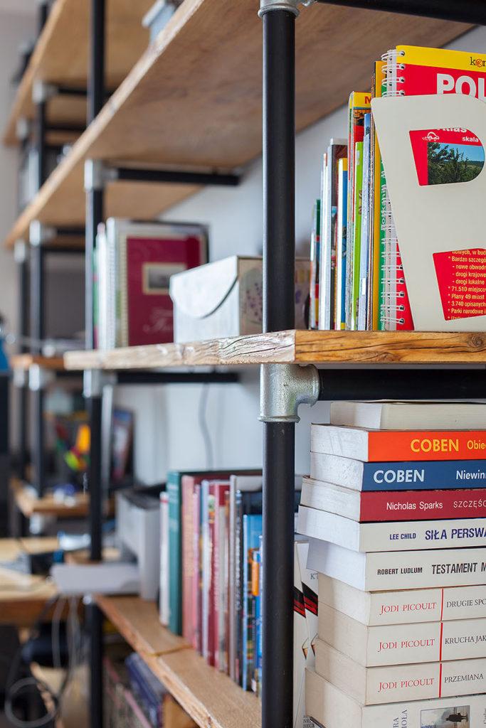 półka z książkami zbliżenie2