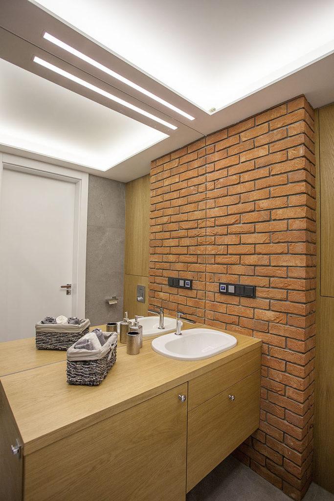 ceglana ściana w łazience