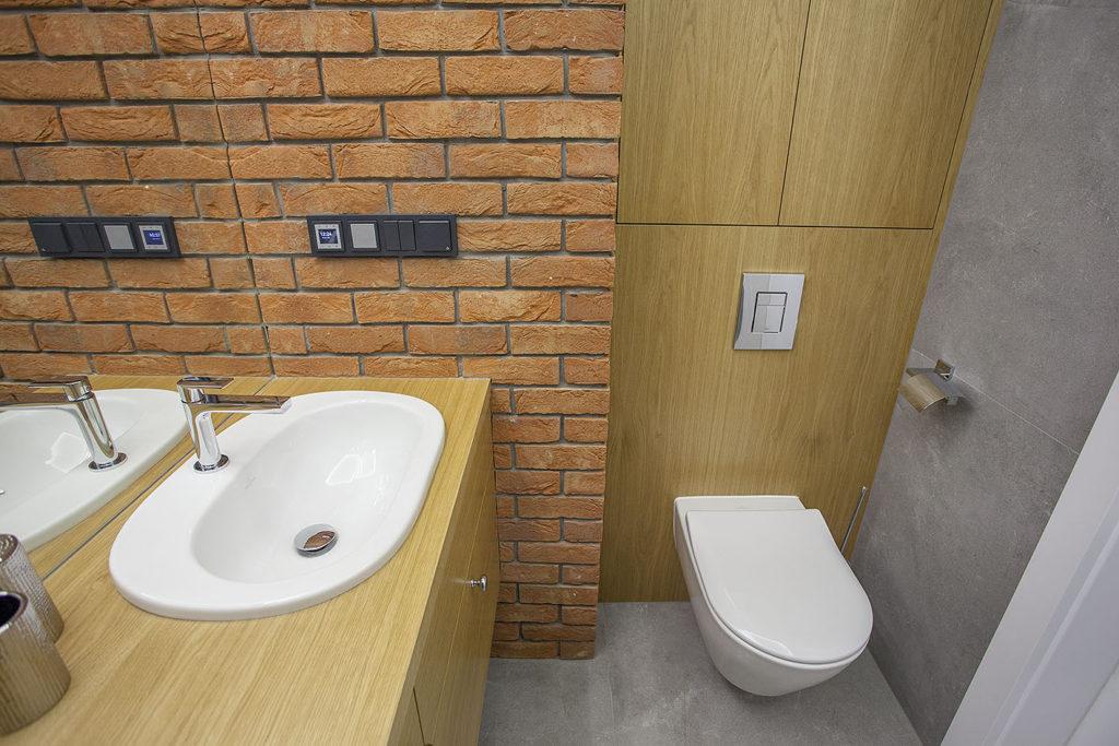 ceglana ściana w łazience2