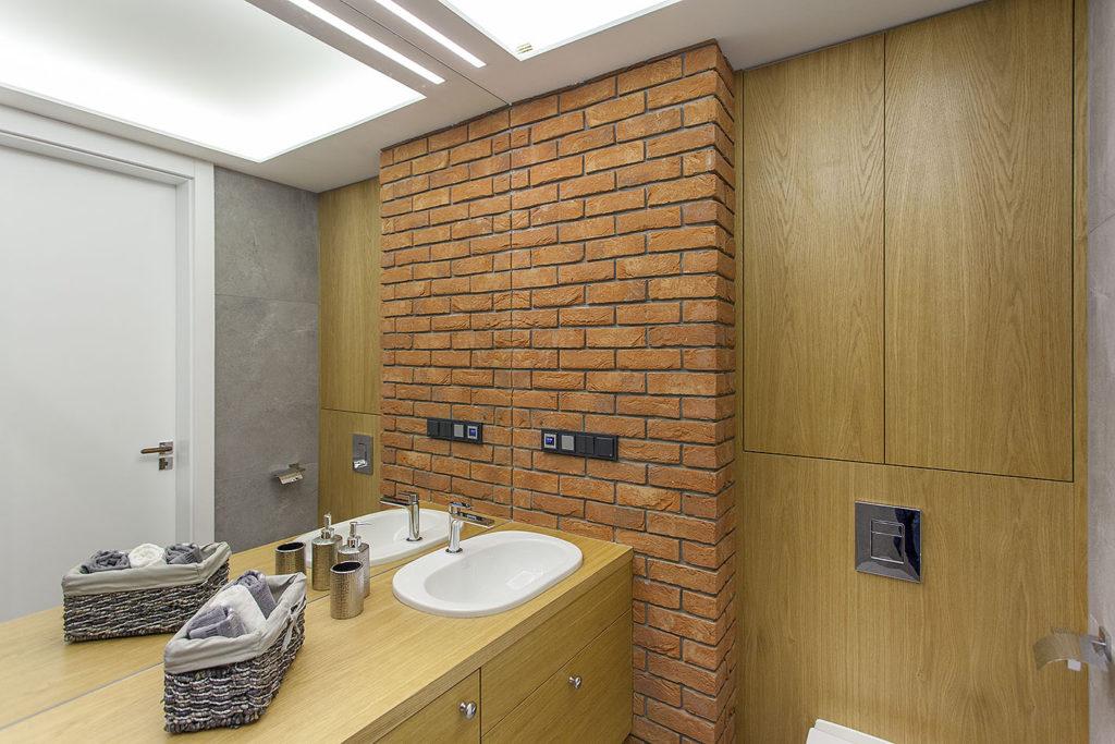 ceglana ściana w łazience3