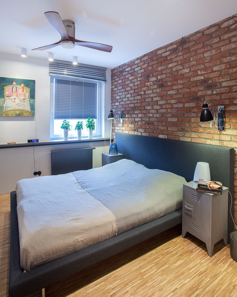 sypialnia z ceglaną ścianą2