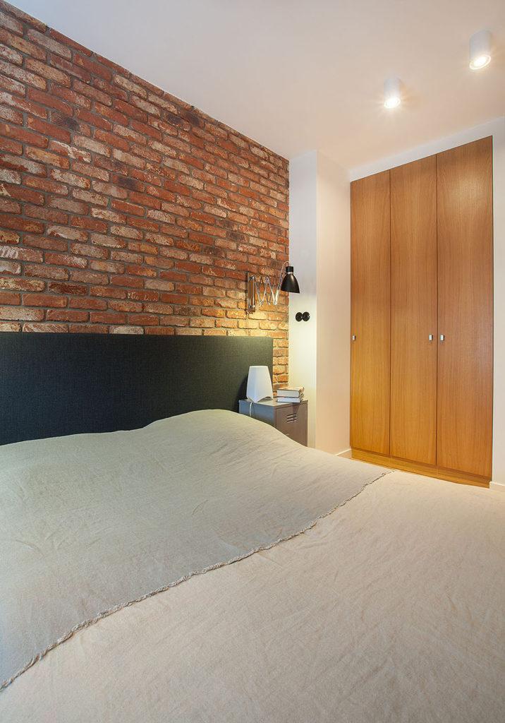 sypialnia z ceglaną ścianą3