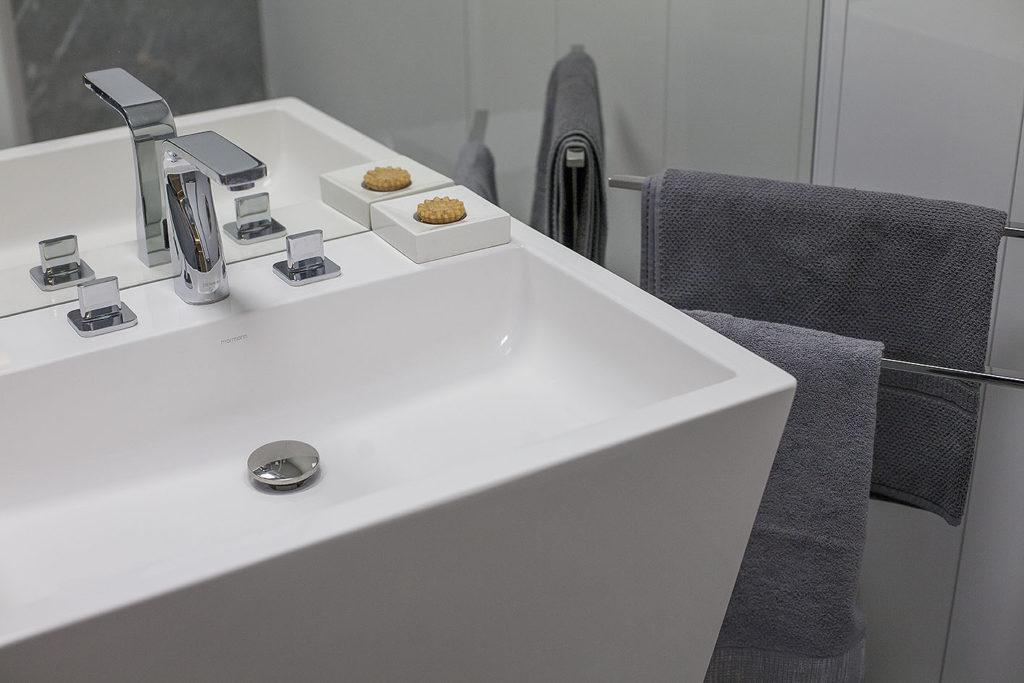 łazienka z wieszakami na ręczniki